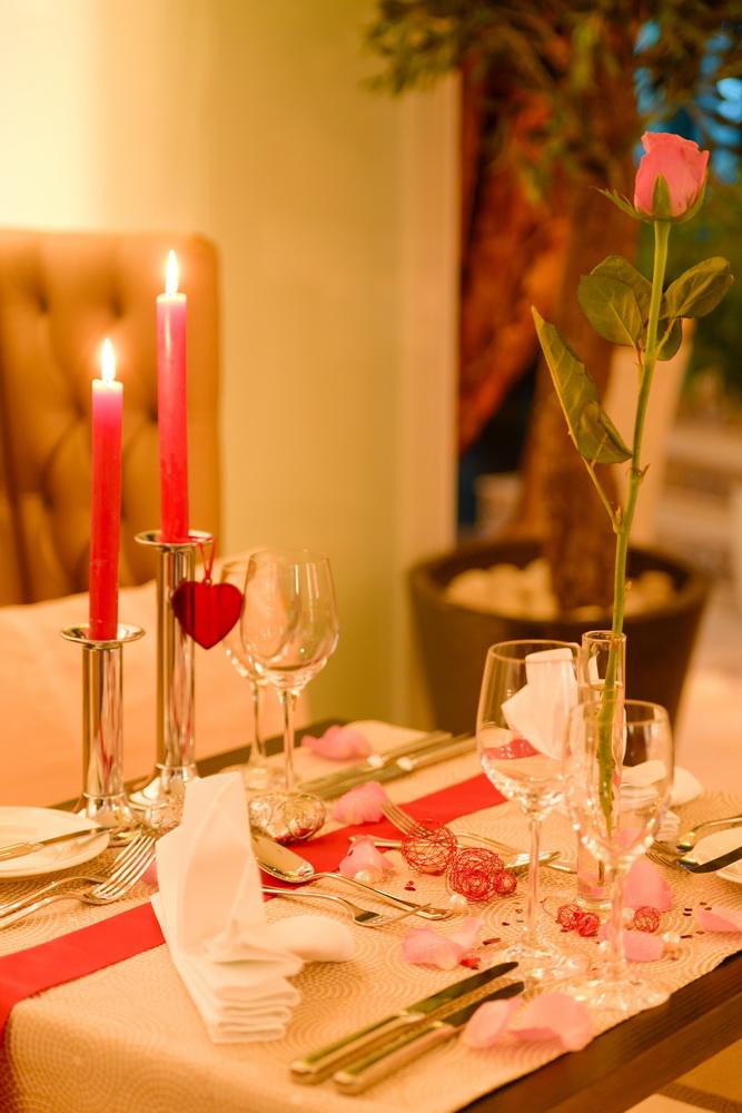 candle light dinner romantisch f r zwei. Black Bedroom Furniture Sets. Home Design Ideas